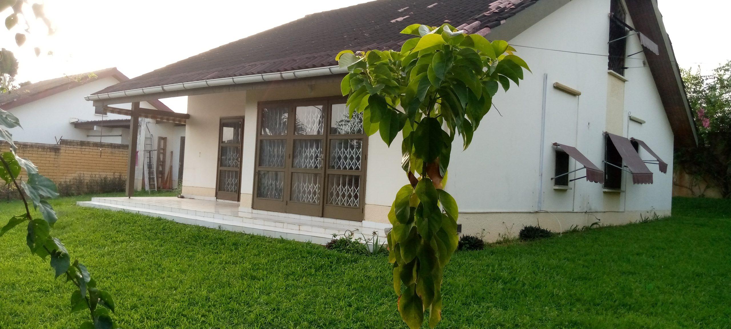 Villa basse avec un très grand jardin à la Rivera