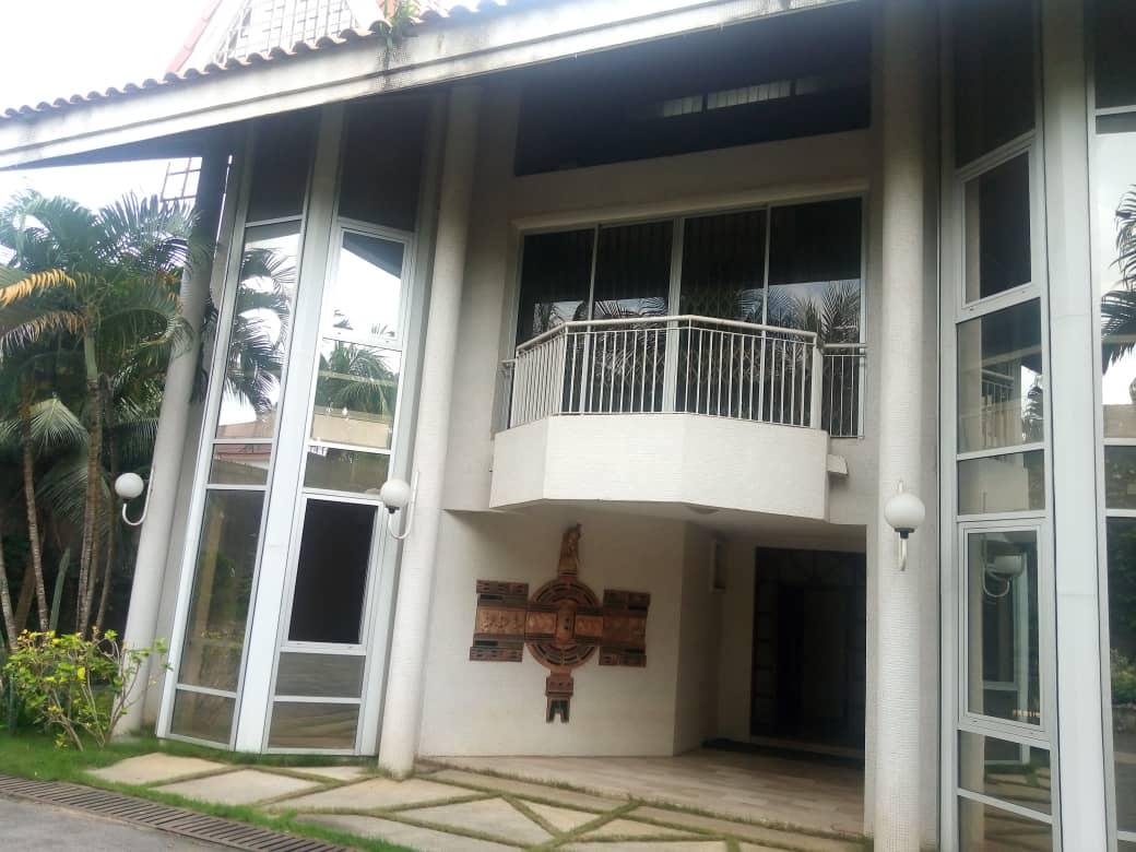 A vendre villa r+2 sûr 6000m2 aux deux plateaux