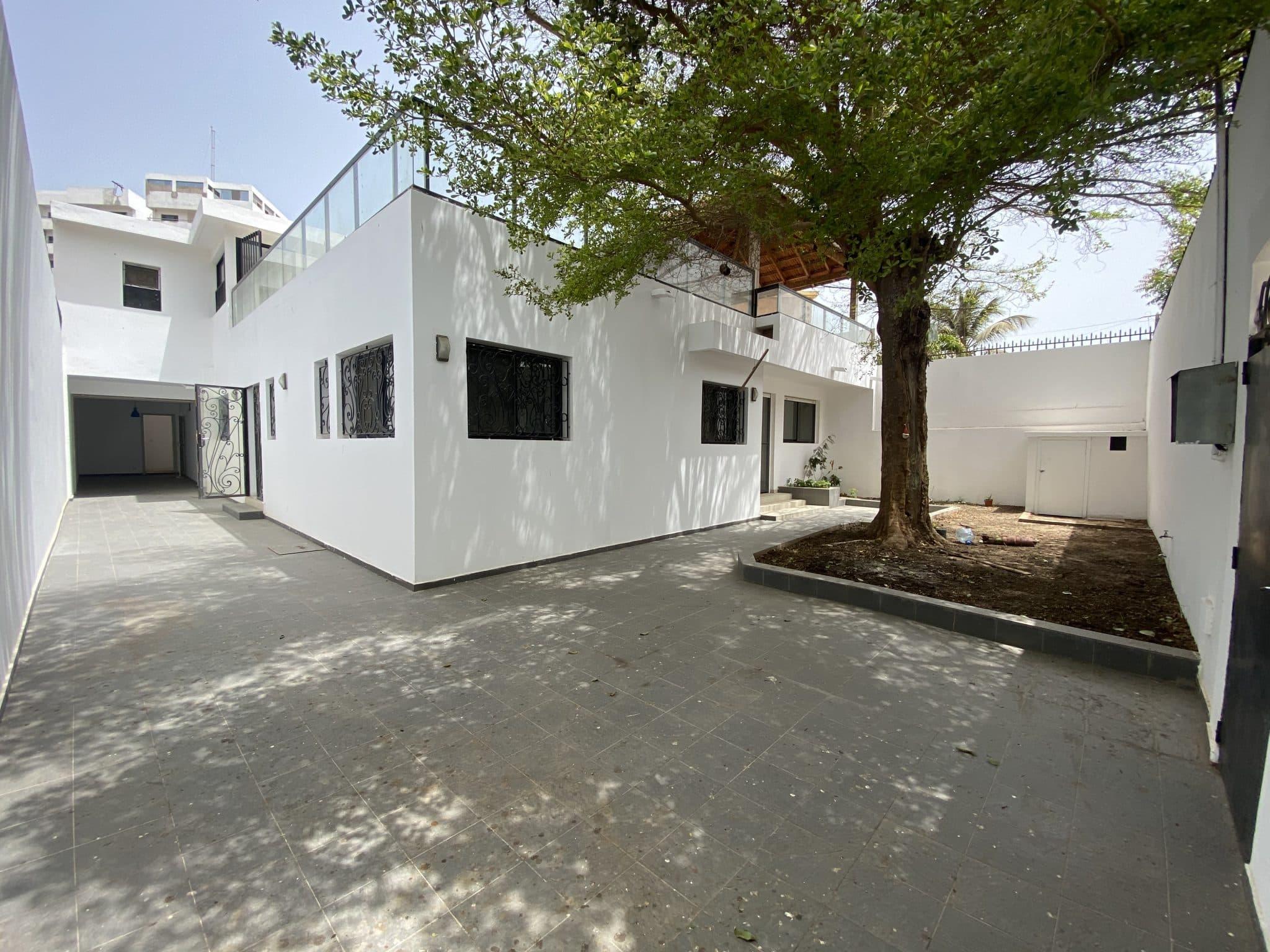 Superbe belle maison blanche à louer au Point E